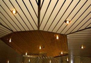 Установка реечного подвесного потолок в ванной комнате