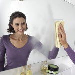 чистка стекла в ванной