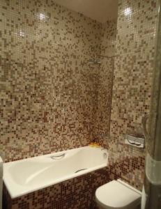 ванная отделанная мозаикой в бежевых цветах