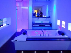 ванная с цветным светом