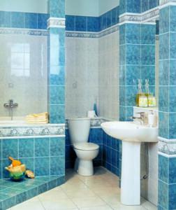 ванная в голубых цветах
