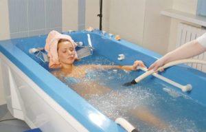девушка принимает радоновые ванны