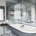 Ванная комната с использованием зеркальной плитки